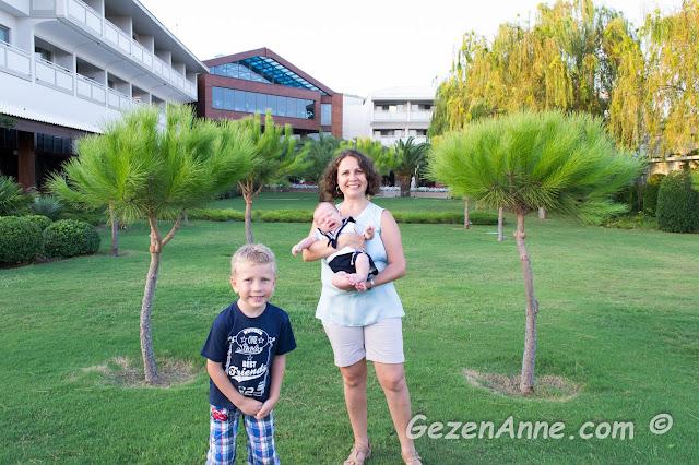 Hilton Dalaman'ın yeşilliklerinde oğlum ve bebeğim ile dolaşırken, Sarıgerme
