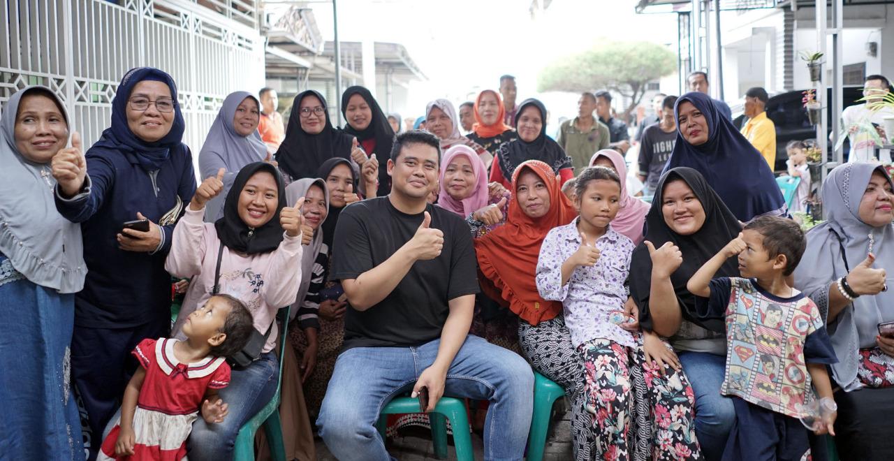 Kunjungan Ke Medan Denai Bobby Sang Mantu Presiden RI Duduk Bersama Warga Di Warung