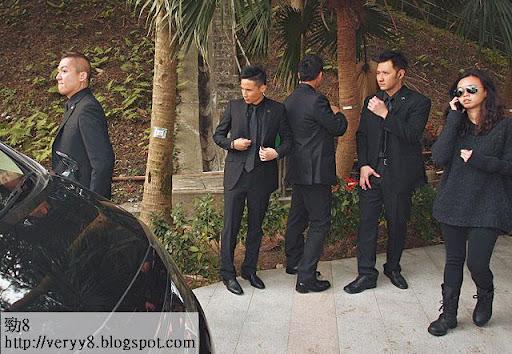 六壯士坐鎮 <br><br>為應付傳媒採訪,家屬一早請定六名保鑣維持秩序,全部穿上黑色西裝,他們對傳媒態度友善,不時透過耳機互相傳話,十足 G4一樣。