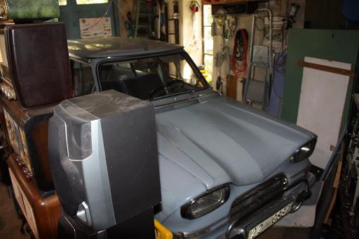 De auto van Louis is nog een Citroen Ami-6 break. Een stationwagen, handig voor het vervoer van de radio's.