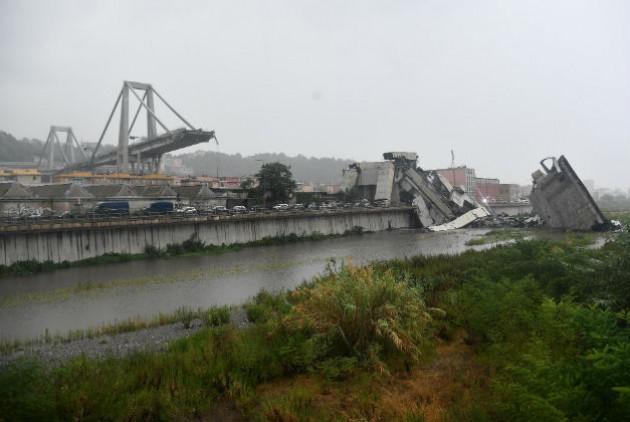 Δεκάδες νεκροί απο κατάρρευση γέφυρας στην Ιταλία