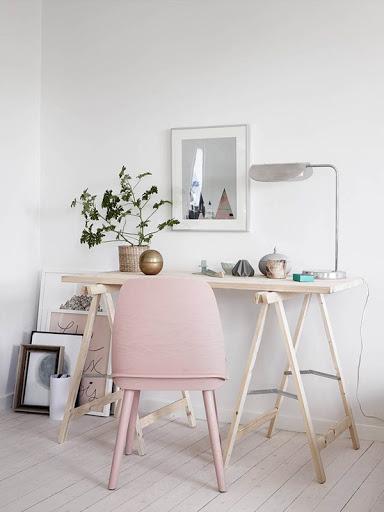 Home office com detalhes rosa