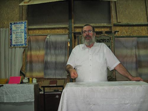 הרב יעקב שפירא מעביר שיעור בבית חגלה על פני יריחו