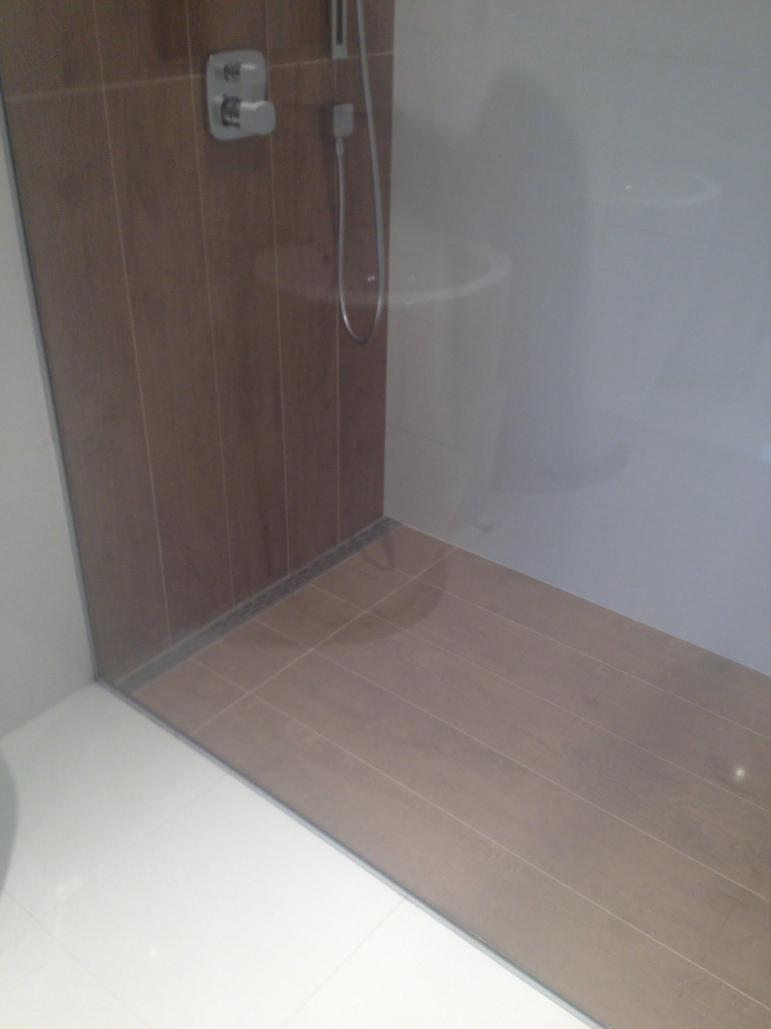 R alisation d 39 une salle de bain avec carrelage aspect bois vasque poser c ramique douche for Poser une douche italienne