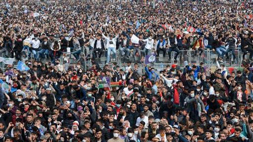 ملايين الكرد يحتفلون بالنوروز في تركيا وحالة رفض لتوجه النظام التركي إلى حظر حزب الشعوب الديمقراطية