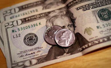 Dólar encosta em R$ 5, mas reverte movimento e fecha em forte alta