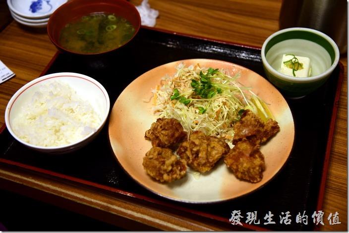 日本-街角屋平價和食定食料理。炸雞定食,日幣670丹。日本的炸雞內裡都很軟嫩,但麵皮則稍軟,不似台灣會炸到酥脆,其實算中規中矩,套餐中除了主食外,還有一碗白飯、味噌湯及豆腐。