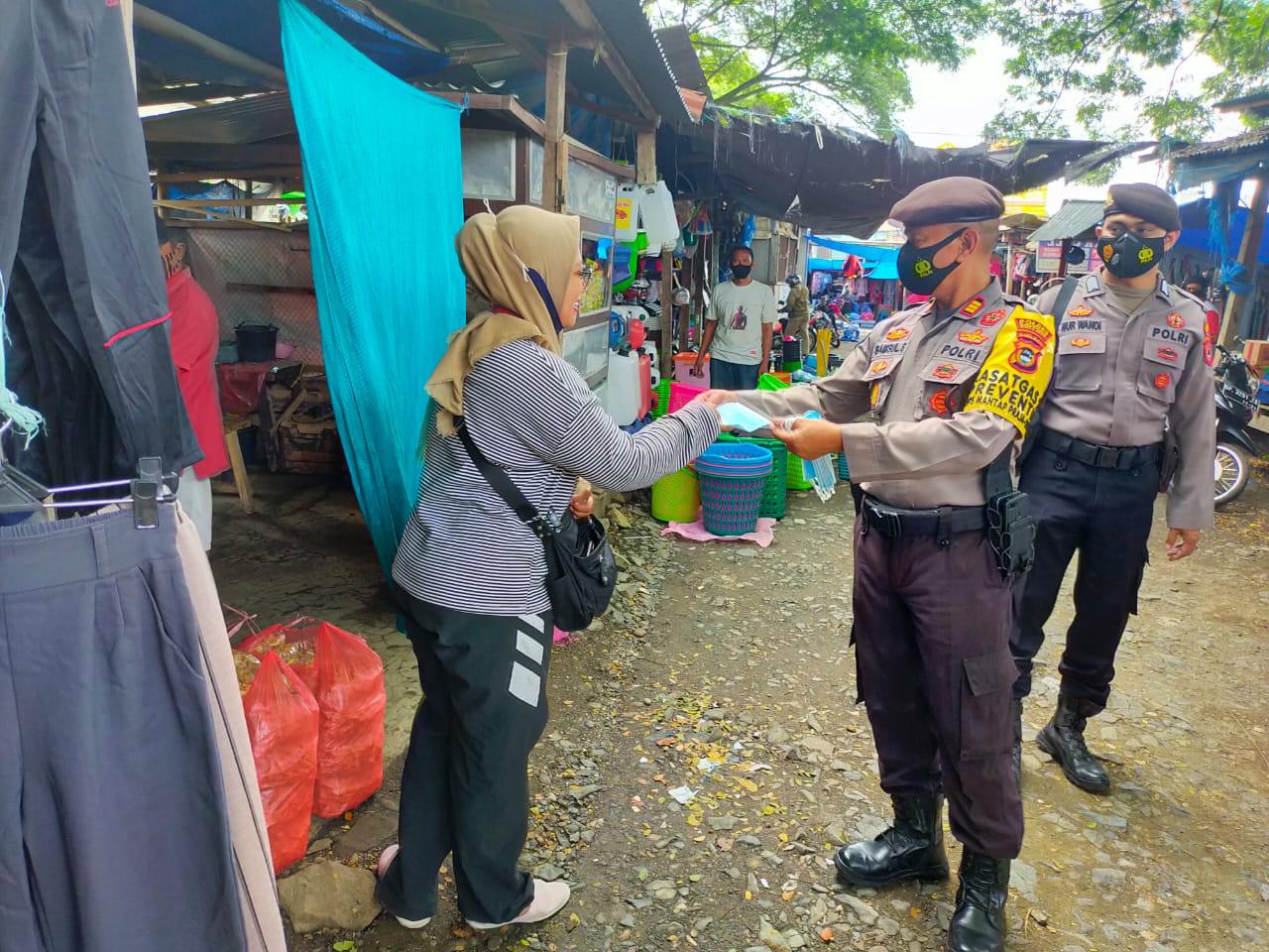 Upaya Cegah Claster Baru Covid-19, Sat Sabhara Polres Soppeng Bagikan Masker di Pasar Sentral Soppeng