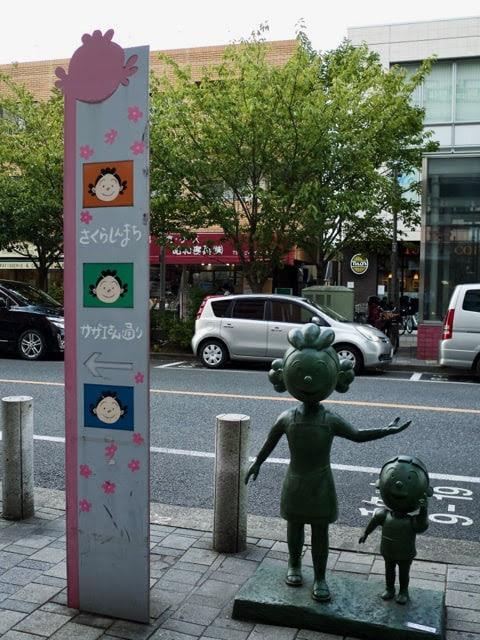 サザエさん通りの案内板とサザエさんの銅像