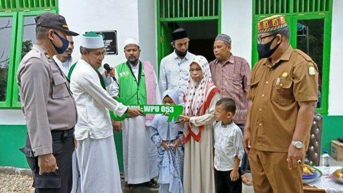 Tgk H Muhammad Yusuf A Wahab atau lebih dikenal Tu Sop Serakan Rumah Bantuan  Untuk Rosnita, janda miskin