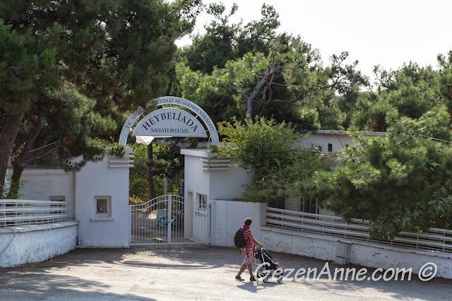 Heybeliada'da Sanatoryum'un önünde yürürken