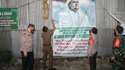 Pasca Penetapan Ormas Terlarang, Polisi-TNI-Satpol PP Turunkan Baleho FPI di Tangerang