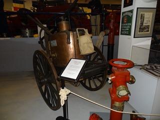2016.04.29-011 pompe à bras sur chariot à 2 roues vers 1860