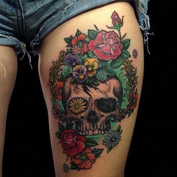 flores_e_crnio_coxa_tatuagem