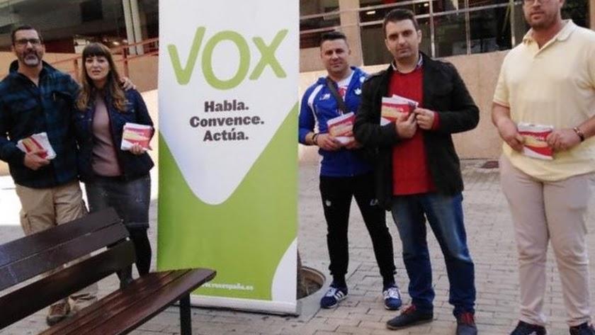 Miembros de VOX, en la campaña electoral en El Ejido.