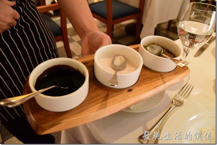 台南-轉角餐廳龍蝦餐廳。另外,還有芥末子醬、玫瑰鹽、黑胡椒等三種調味料可以選擇,工作熊選擇了玫瑰鹽,應該三種調味料都可以選。