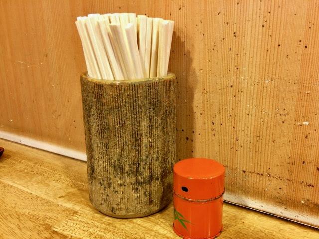 カウンター上の七味唐辛子と割り箸