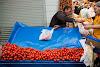 На много места в Истанбул може да си купите пресни и вкусни плодове и зеленчуци от колички по улиците