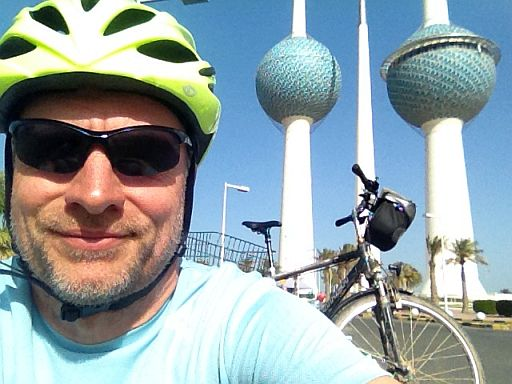 Chris on the Bike an den Kuwait Towers