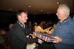 Henk Marsman verlaat het bestuur van Pels en Pluim en ontvangt uit handen van Jan Meutstege een afscheidskado.