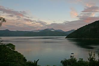 Photo: Sonnenaufgang in der Whatamango Bay