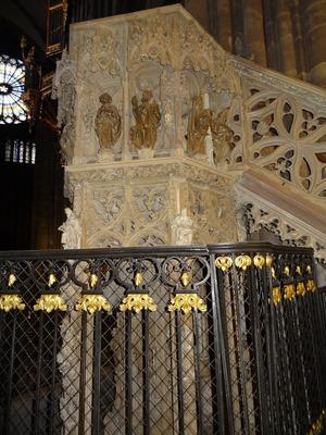 2017.08.22-008 chaire dans la cathédrale