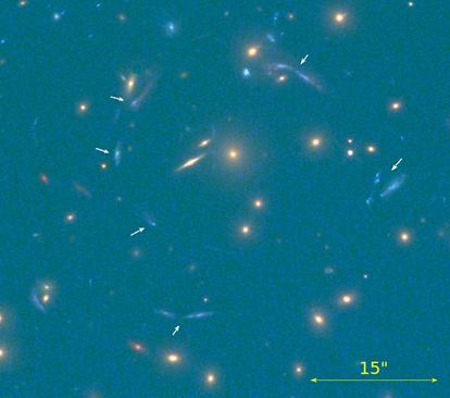 múltiplas imagens da galáxia descoberta, assinaladas pelas setas brancas