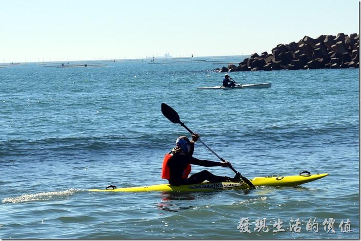 台南安平-漁光島。附近還有人在滑獨木舟,因為漁光島這裡有個小海灣,而且前後各有安平舊漁港與新漁港圍著,所以風浪不大,適合水上活動。