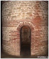 Вход в центральную колонну Фракийской гробницы.