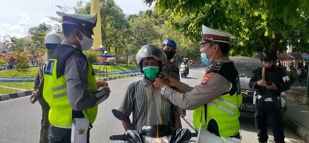 Satlantas Polres Sumbawa Polda NTB Bagi-Bagi Helm Gratis Kepada Pengendara