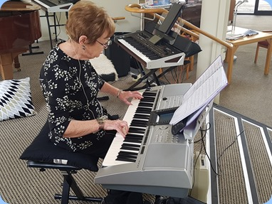 Diane Lyons playing her Yamaha PSR3000.
