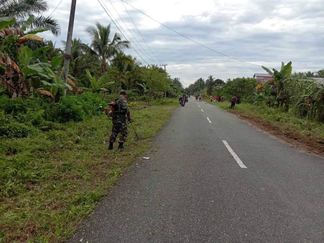 Babinsa Koramil Penajam dan Warga Gotong Royong Bersihkan Jalan Pariwisata