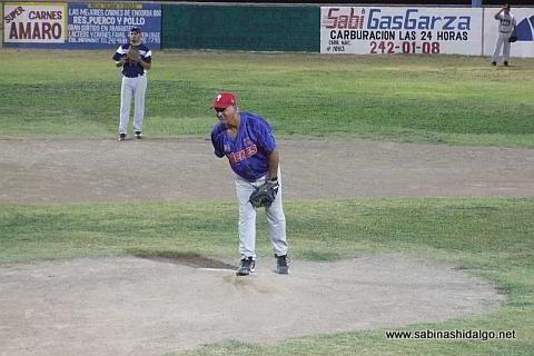 Roel Garza lanzando por Nenes en el softbol nocturno