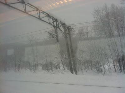 雪降りすさぶ車窓