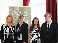 34 A komáromi Selye János Gimnázium is képviseltette magát az emlékkonferencián. Spátay Adrianna pedagógus, Édes Erzsébet igazgatóhelyettes és a gimnázium két diákja.JPG