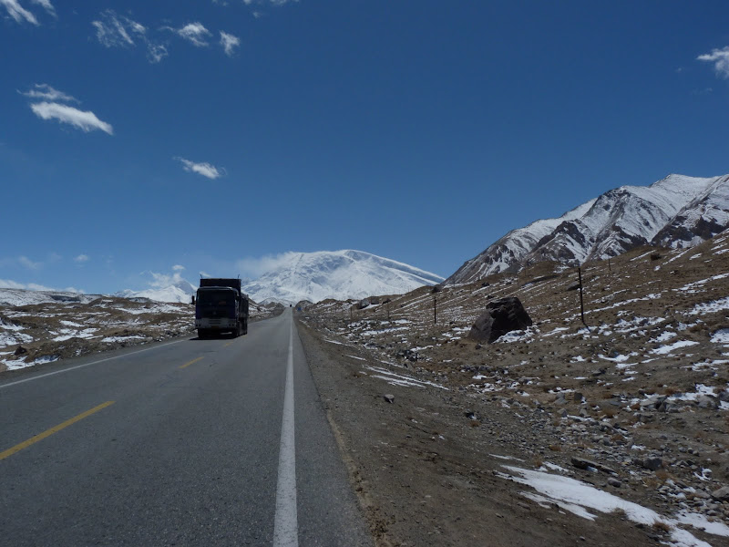 XINJIANG. Karakoram Highway, lune des plus haute route au monde, en passant a 4400 m - P1280497.JPG