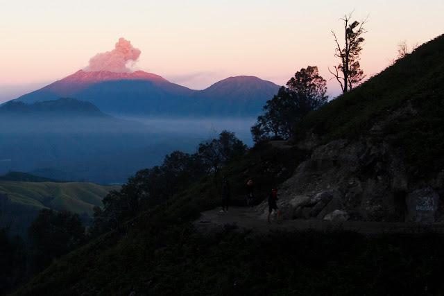 Un volcán humeante visto desde Ijen