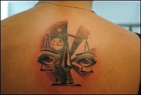nica_libra_desenho_de_tatuagem_com_os_olhos_em_escalas