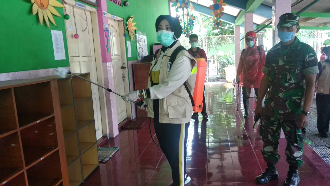 Antisipasi Wabah Virus Corona Bupati Sri Mulyani Jadi Garda Depan  Penyemprotan Disinfektan di Perkantoran dan Tempat Keramaian