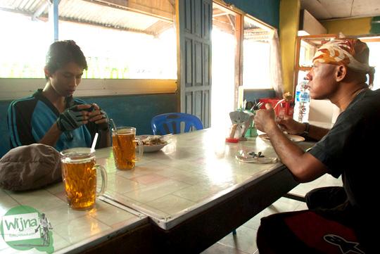 sarapan di warung makan sederhana dekat jembatan siluk, selopamioro, imogiri, bantul