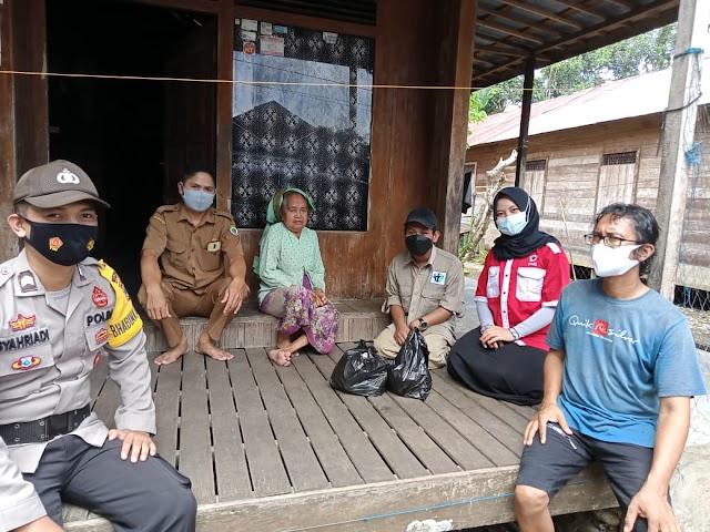 Sambangi Lansia ke Rumah-rumah, PMI bersama Organisasi di Balangan Berikan Sembako