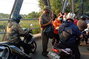 "Jelang Buka Puasa Ramadhan ""Petugas Chek Point di Perbatasan Karawang-Bekasi Bagikan Takjil dan Nasi Bungkus """