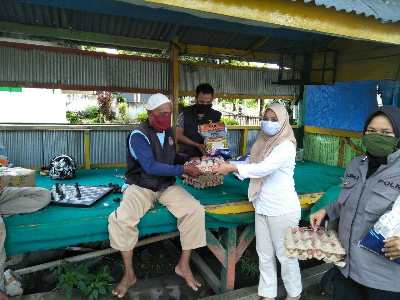 Aksi Kemanusiaan Ditengah Covid 19, Polwan di Soppeng Bagi Sembako Ke Komunitas Ojek dan Buruh