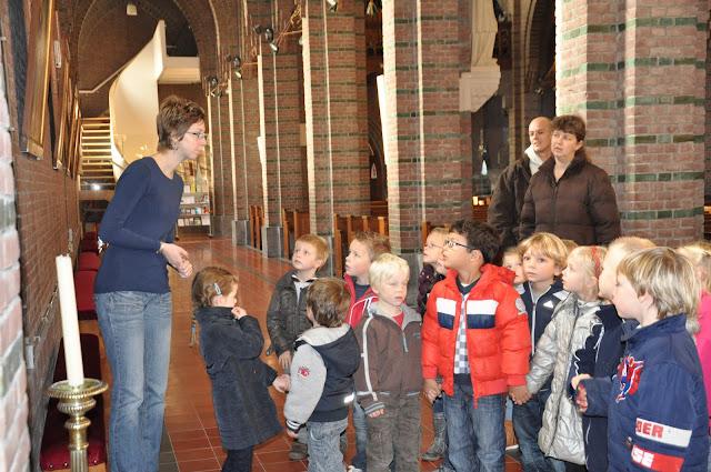 Kleuters bezoeken Martinuskerk - DSC_0046.JPG