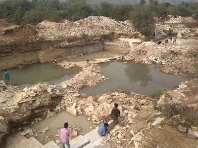 अबैध खनन : मझेरा के पास ग्राम मोराई के जंगल में बड़े पैमाने पर हो रहा अवैध पत्थर खनन | Shivpuri News