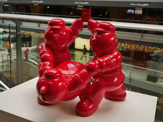 "Sculpture ""Report"" by Qin Fengling in a Beijing shopping mall"