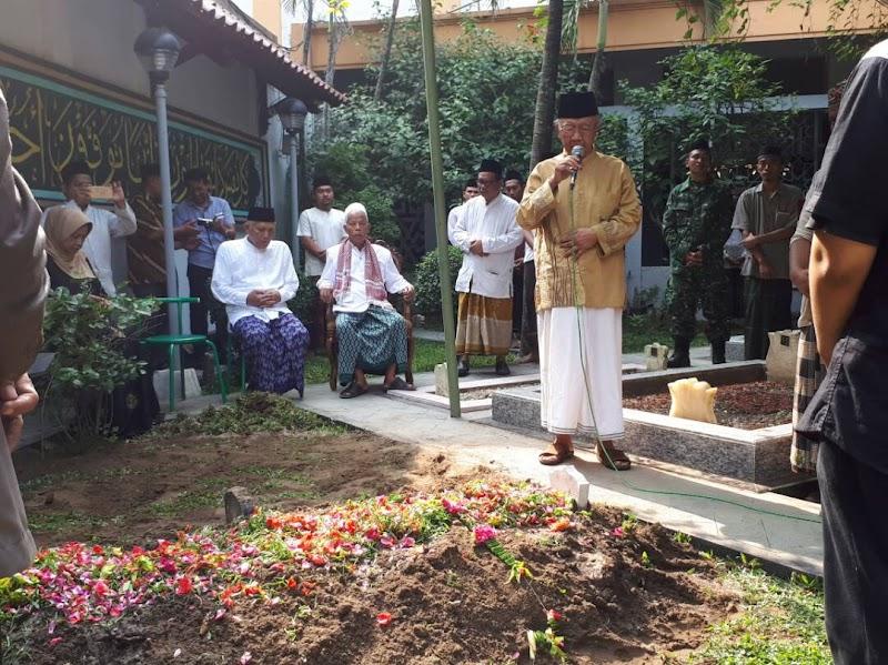 Ribuan Santri Tebuireng Mengiringi Pemakaman, KH. Mahmad Baidhawi Cucu KH Hasyim Asy'ari