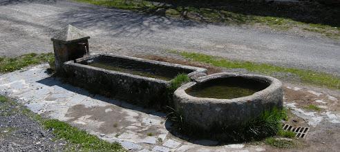 Photo: Abreuvoir-fontaine de granit