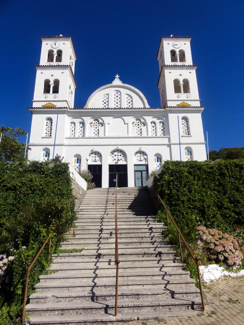 Hvit kirke med to tårn over en stor trapp.