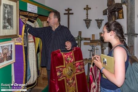 Ksiądz Jan Pietrzyk pokazał nam skarby w parafialnym muzeum